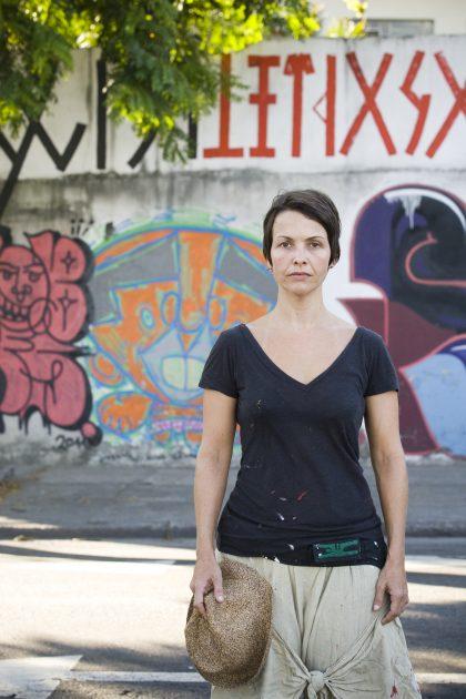 RIO DE JANEIRO, RJ, BRASIL, 27-02-2012, 15h30, A artista Joana CŽsar que pinta muros do Rio de Janeiro com c—digos. Foto: Cec'lia Acioli/Folha Imagem) FSP-ILUSTRADA